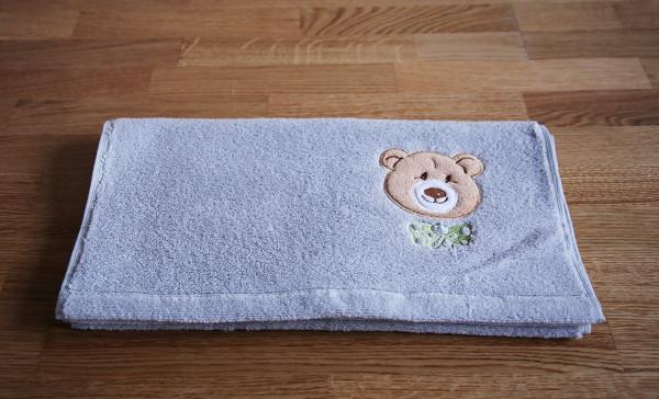 """Kinder-Handtuch mit Bär """"Ella"""" in Silber"""