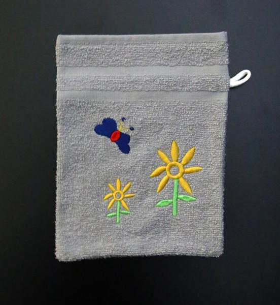 Bestickter Waschhandschuh in Grau