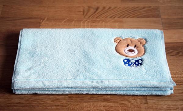 """Kinder-Handtuch mit Bär """"Ella"""" in Hellblau"""